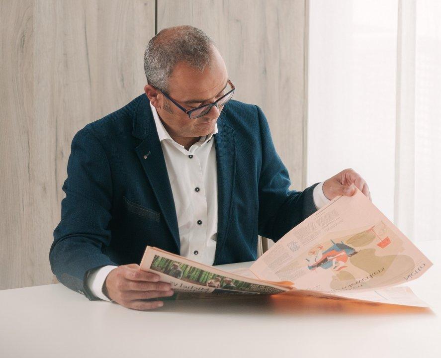Marc met krant spiegel